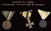 Tablo s vyznamenáními prvního čestného vlastníka pěšího pluku č. 75 Františka hraběte Folliot de Crenneville