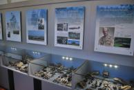 Expoziční panely věnované účastníkům bitvy a vitríny s jednotlivými nálezy Expoziční panely věnované účastníkům bitvy a vitríny s jednotlivými nálezy