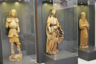 Ústřední stěna se sochami sv. Jiřího, patrona českých zemí sv. Václava a sv. Jana Křtitele