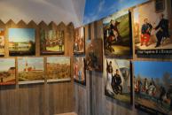 Pohled na část expozice terčů s historickými výjevy a s jindřichohradeckými náměty