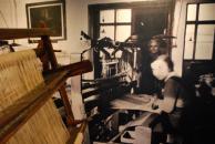 Jednoduchý tkalcovský stav a velkoformátová fotografie interiérů dílen