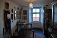 """Volná rekonstrukce Holubova """"Domečku"""" s použitím původního vybavení a uměleckých děl"""