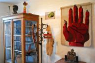 """Pohled do """"Domečku"""" s tapiserií Ruka tkané O. Teinitzerovou podle Holubova návrhu"""