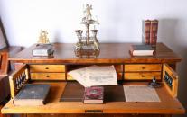 Detail pracovního stolu v měšťanském pokoji